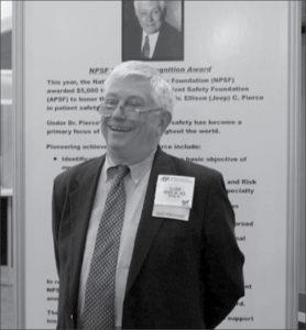 """APSF会長を創設したEllison C. (""""Jeep"""") Pierce, Jr., MDは、APSFブースに立ち、彼に敬意を表して設立されたAPSF研究賞を発表した。"""