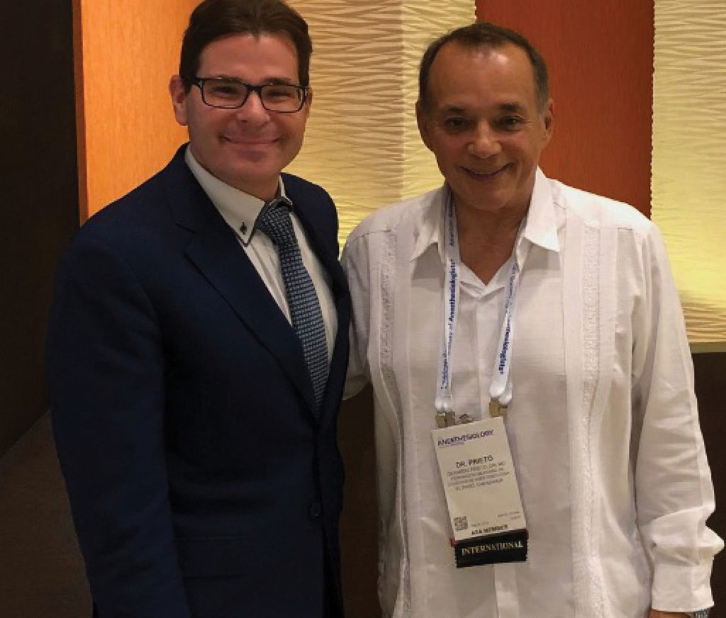APSFニュースレターの編集長であるSteven Greenbergと、The Mexican Federation of Anesthesiologistsの安全責任者であるGerardo Prieto。