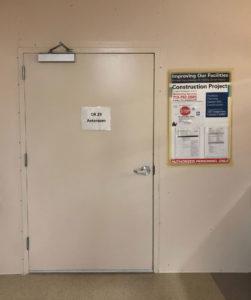Figura 1: Muestra la colocación de una pared temporal con una puerta para crear una antesala en un pasillo del pabellón.